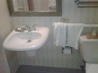 Hotel-bathroom-1